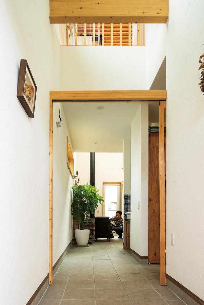 玄関からまっすぐに伸びる土間。外のウッドデッキまで通り抜けできるので、薪運びや掃除もしやすい