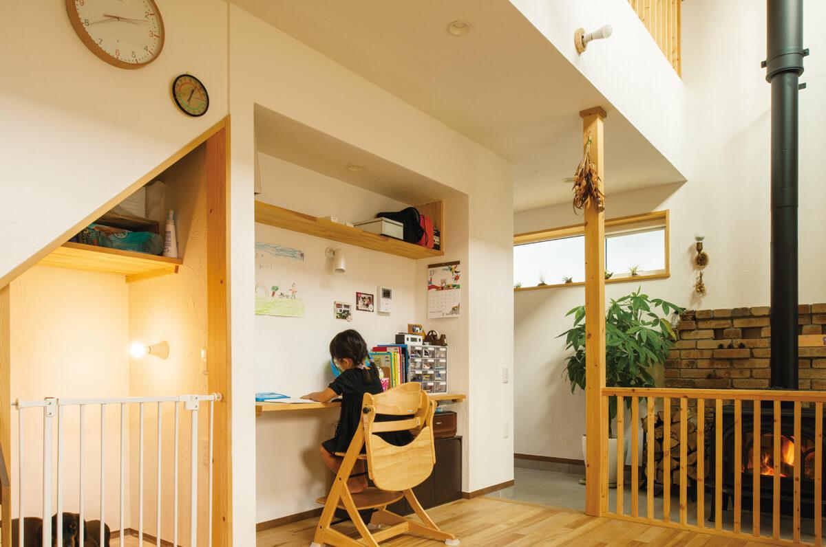 リビングに設けられたカウンターは、家族で使えるスタディコーナー。子どもたちの勉強机にも