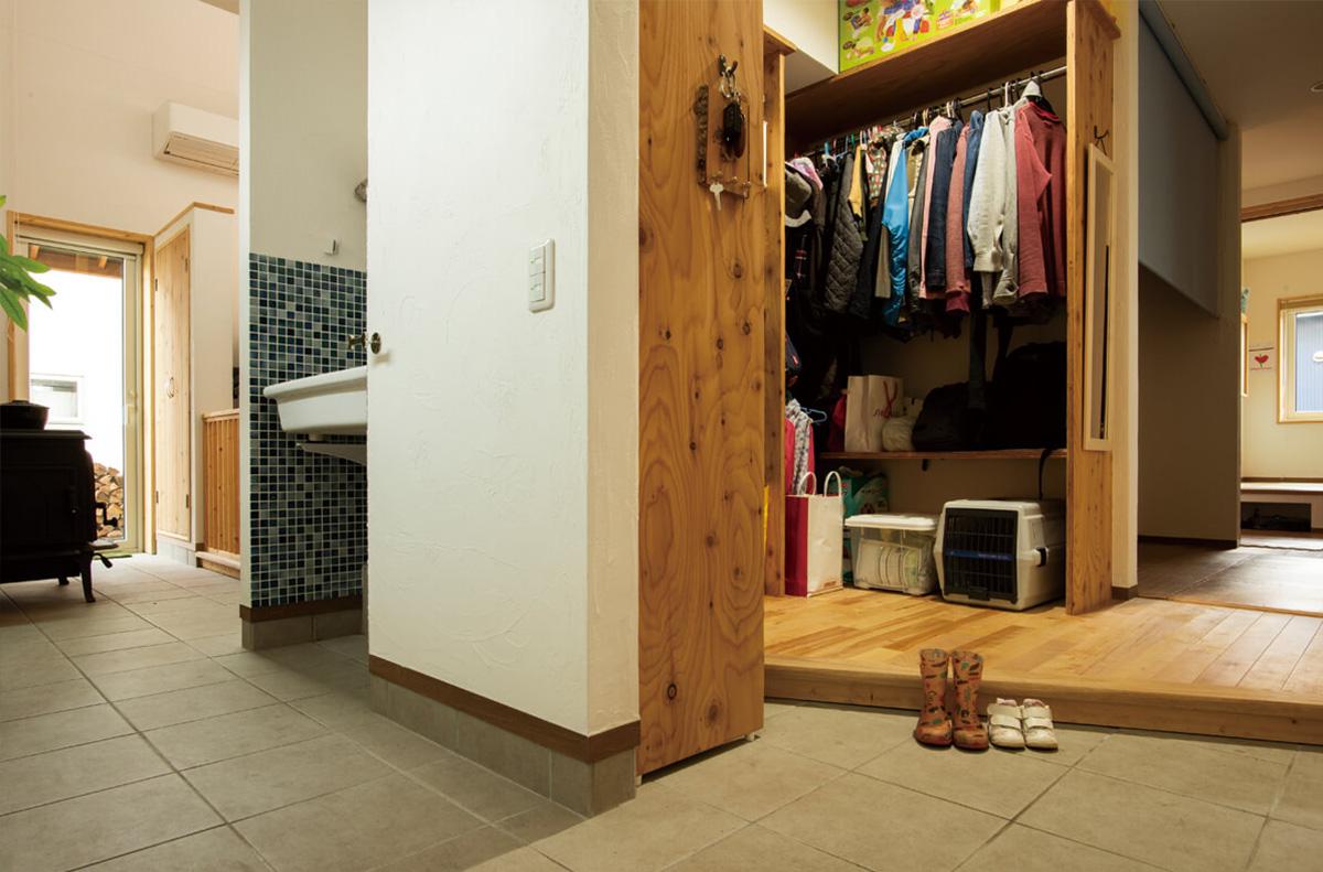 玄関土間から家族用クローク、LDKまでぐるりと回れる回遊型の設計