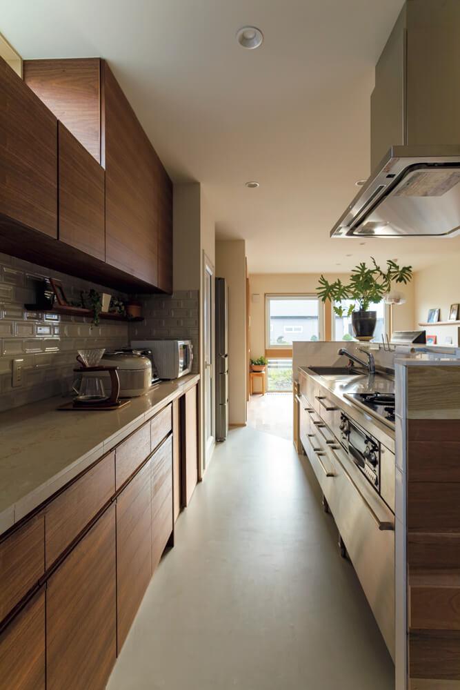 旧居では壁付きだったオールステンレスのキッチンを新居では対面型に。「使い勝手の良いキッチンを引き続き使えるのは、とても嬉しいです」と奥さん