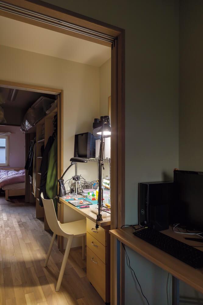 奥さんとSさんの個室はウォークインクローゼットでつながる。Sさんの部屋の手前には趣味のプラモデル作りに没頭できる作業部屋を設けた