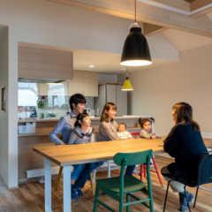 三角屋根の勾配天井がもたらす圧倒的な開放感を満喫