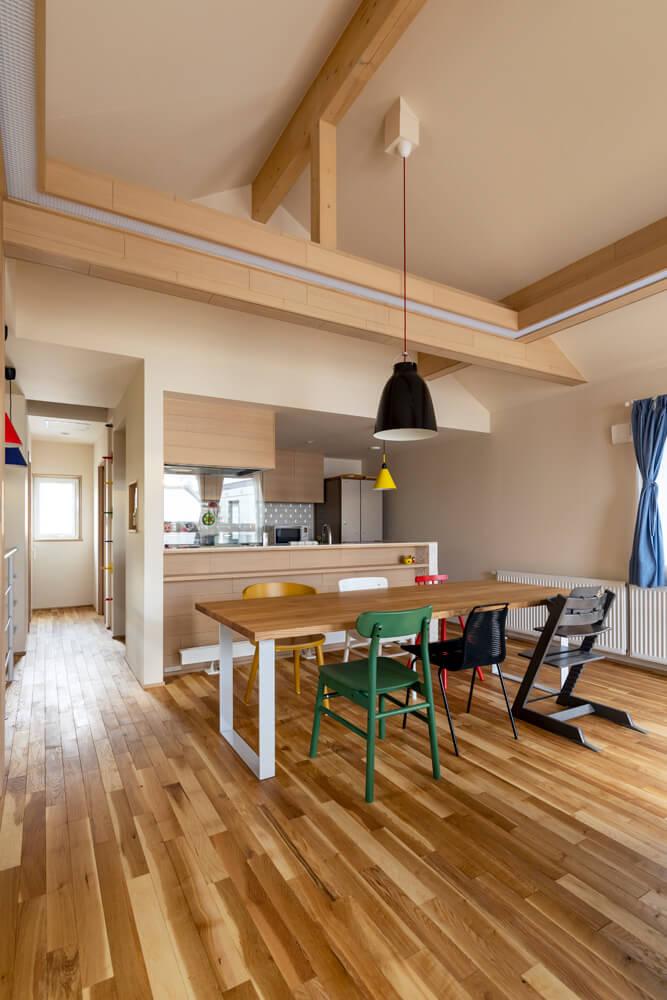 大きな造作のダイニングテーブルを囲む椅子は、家族それぞれが違う色。「IKEAの製品を取り入れながら、カラーをたくさん使った明るい家にしたかったんです。澤田さんの提案する色使いは本当に素敵で、相談しながら決めました」と奥さん