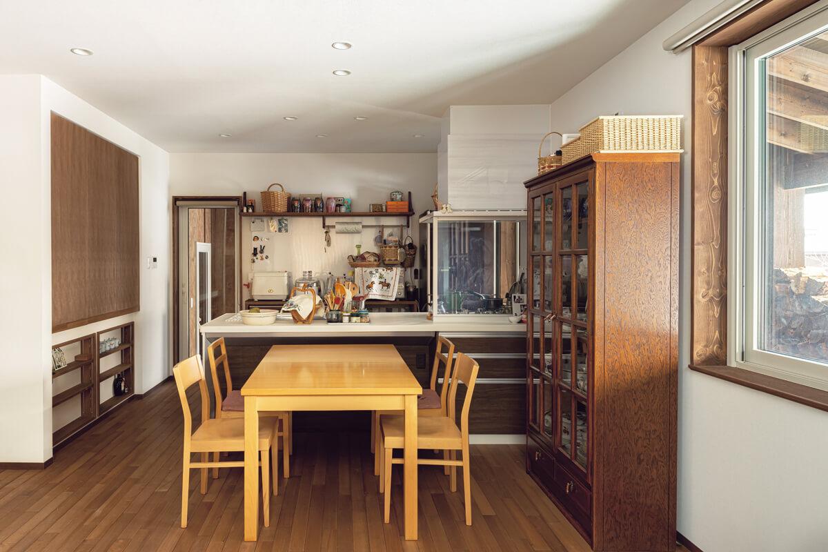 キッチン内には念願のガスオーブン。ダイニングにはアンティークの食器棚が置かれている