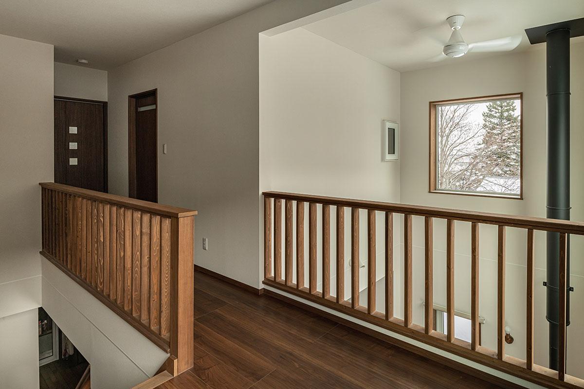 2階の廊下は両側が手すり壁となっていて明るく開放的。薪ストーブの熱