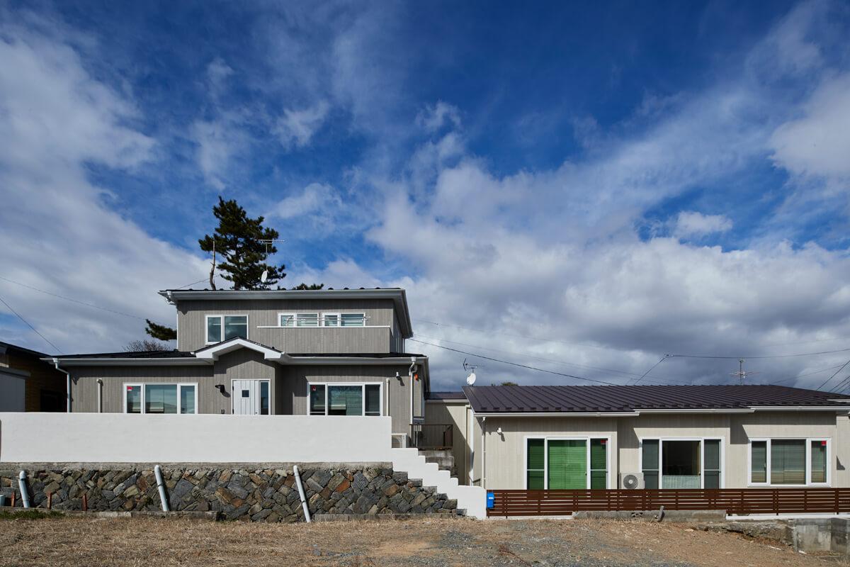 左側の2階建てがAさん宅。同時期に右側のお母さんの家の建て替えもヒノケンで行い、2棟を渡り廊下でつないだ