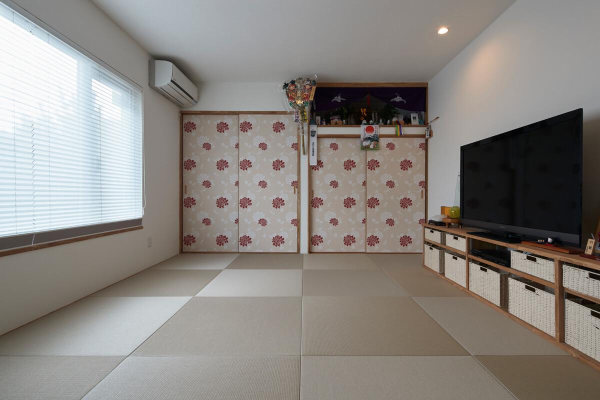 間取りはそのままに、内装を一新。ご夫婦の寝室として使いやすいように手を加えた。明るめの和紙畳とローラアシュレイの花柄のクロスでナチュラルな趣