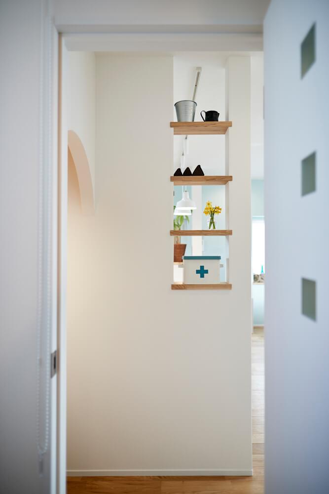 ダイニングキッチンの側面の壁に設けられた飾り棚。花やお気に入りのアイテムを飾れば心もうきうきとしてくる