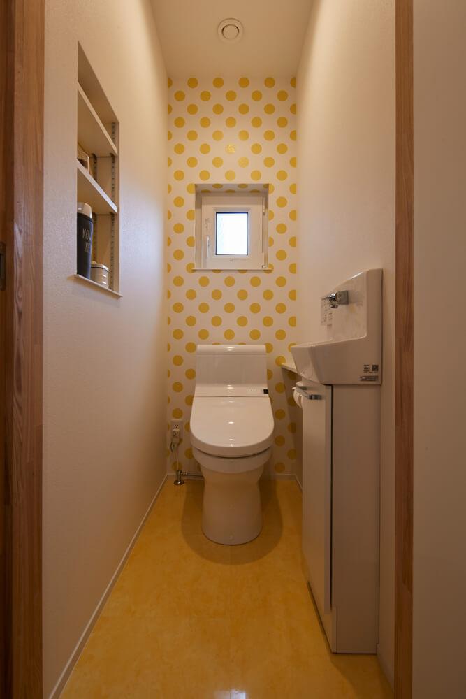 遊び心のある壁紙使いが印象的なAさん宅。壁の一面をイエロードットが彩るトイレはポップテイスト満載