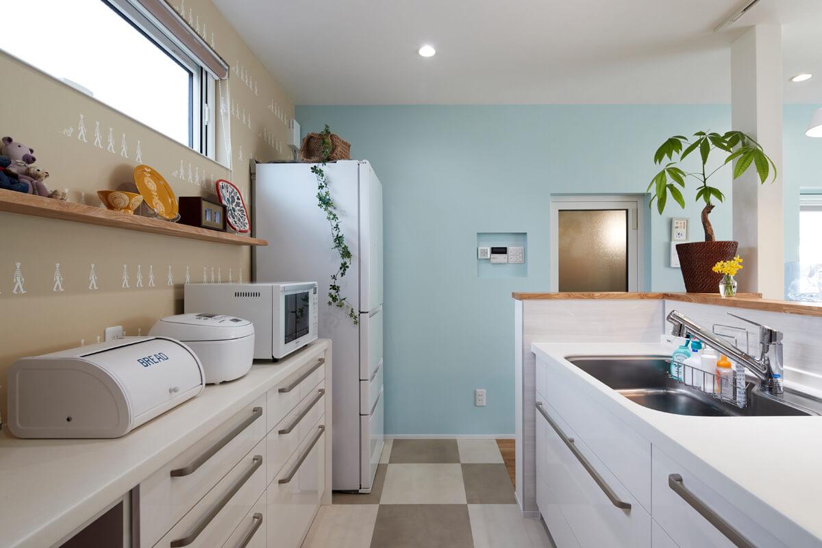 キッチン背面の壁にウォーリー柄のクロスをチョイスしたセンスも見事