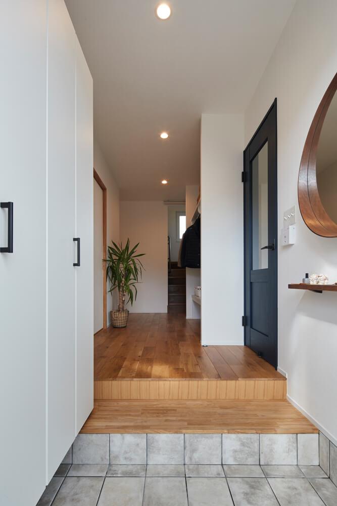 玄関からの眺め。右手にリビング、左手に和室というレイアウトは元の家と変わっていない