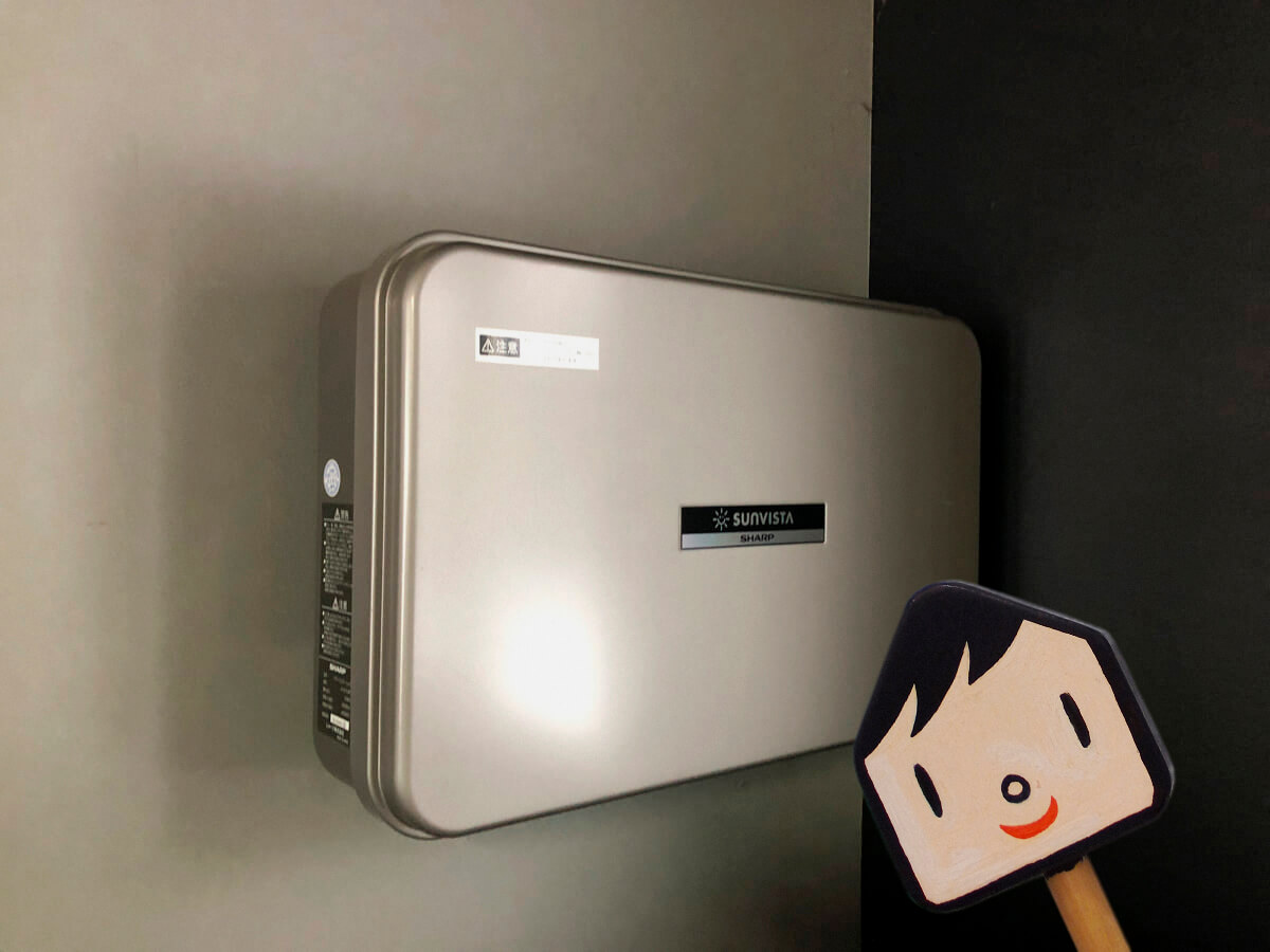 壁に張られていたこの箱が、発電した電気を家庭用の電気へ変換するパワーコンディショナーというものなんだって