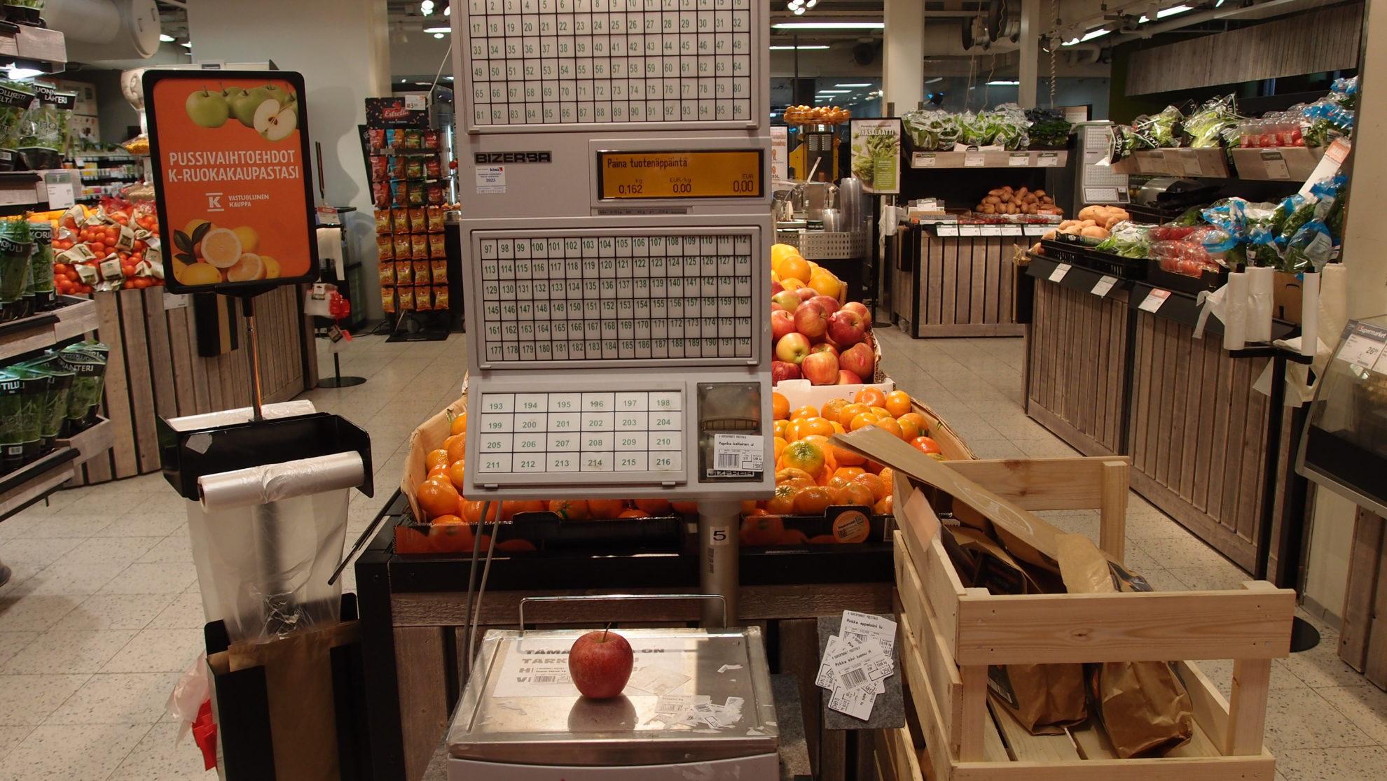 売り場には値札を印刷するためのスケール(秤)が置かれている