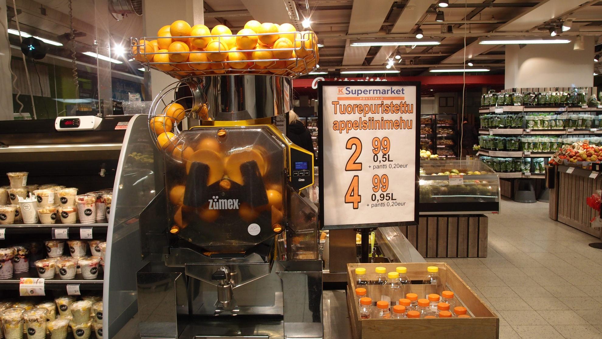 売り場でフレッシュオレンジジュースを絞ってくれる販売機