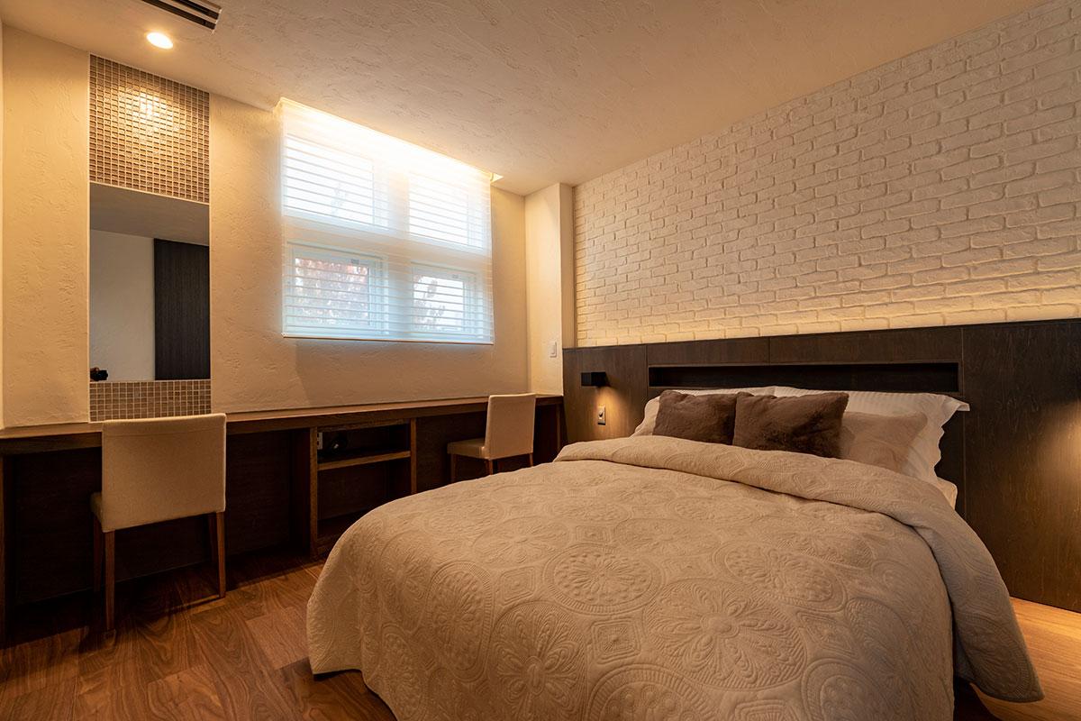 電球色の照明で落ち着いた雰囲気の寝室