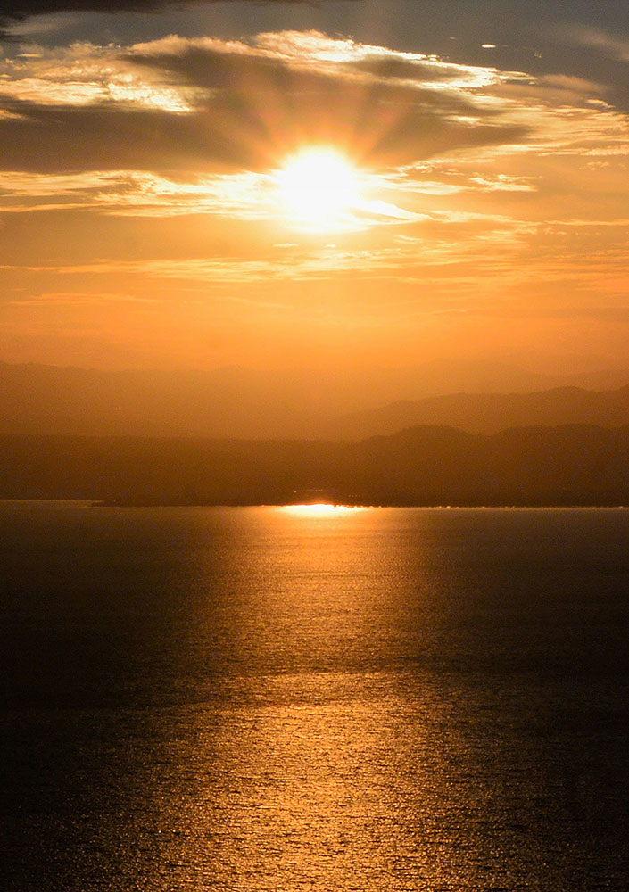 日が傾くにつれ、太陽光はオレンジ色に
