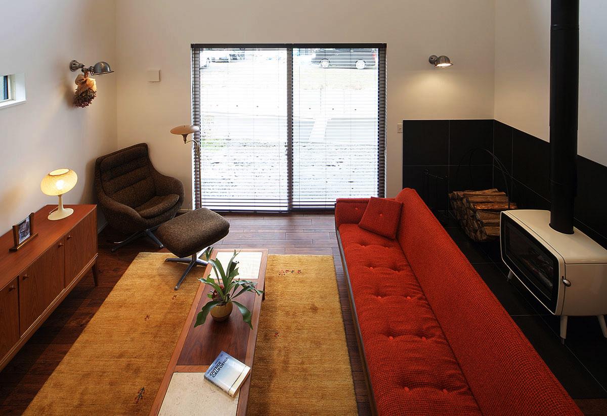 壁にはブラケットライト、サイドボードの上にはテーブルライト、ソファの横にはフロアスタンドを置いて、リビングを照明で効果的に彩る