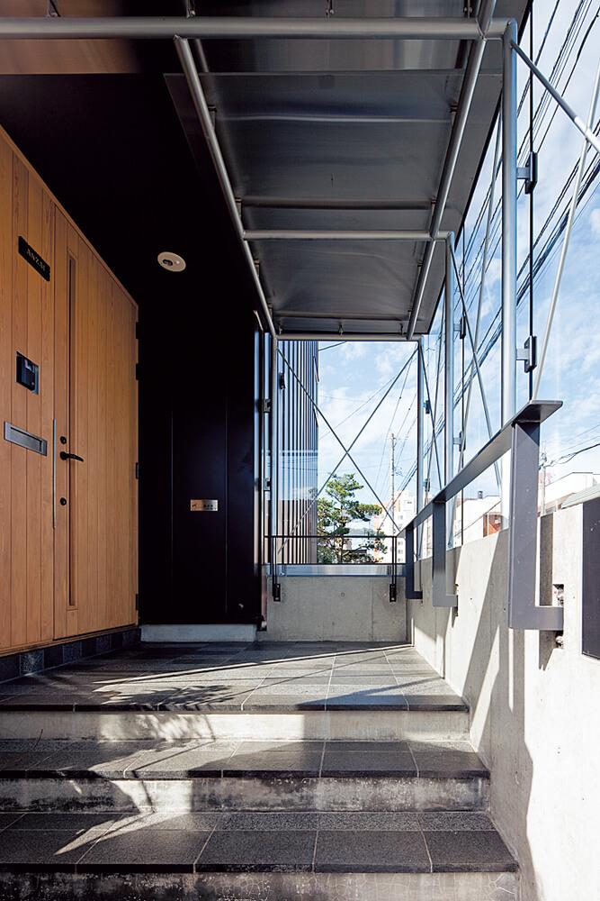 地域的な条件を考慮し、風除室を備えた。黒いガルバリウムの外観を意識したガラスのボックス