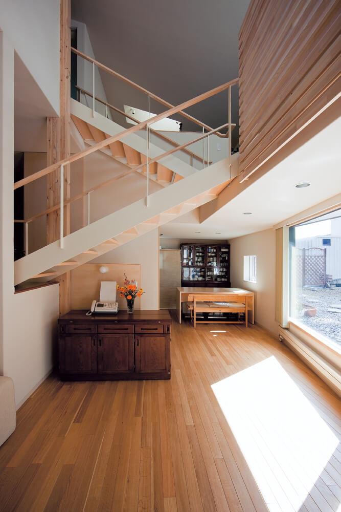 吹き抜けに浮かぶような階段。抑えた勾配と美しいデザインは、単なる動線ではなく、一つの空間としても成立している