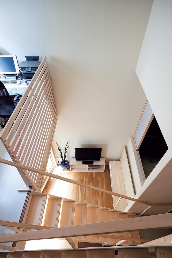 適度な距離感を保ち、視線をそらしながら連続する、それぞれの場。最上階の階段から見下ろす
