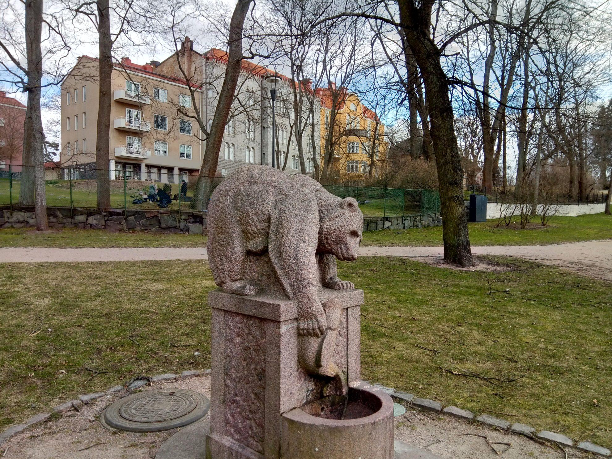ヘルシンキで人気の大きな公園、カイヴォプイストにあるヒグマの像