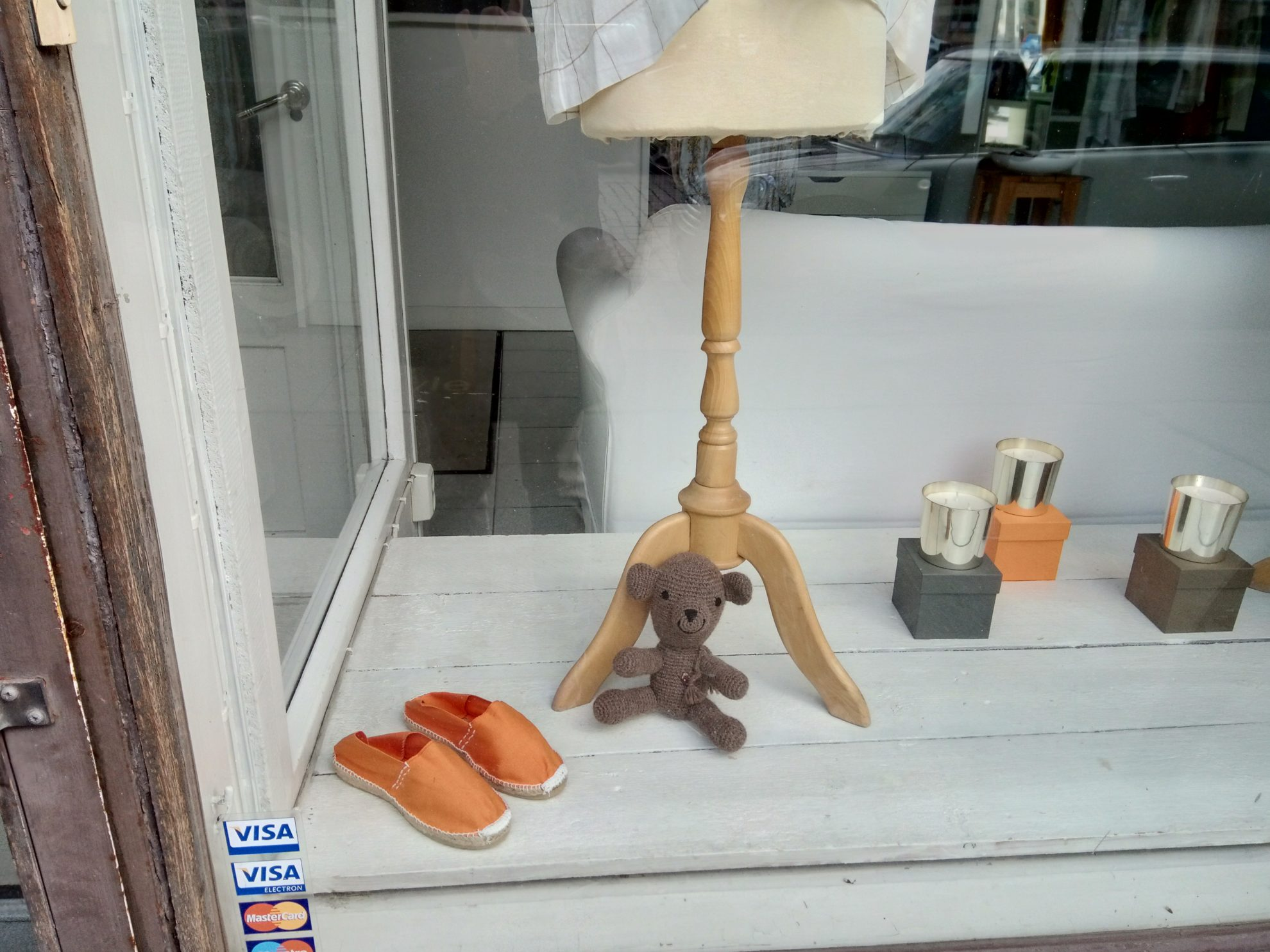 お店のショーウィンドウにも小さなクマのぬいぐるみを発見