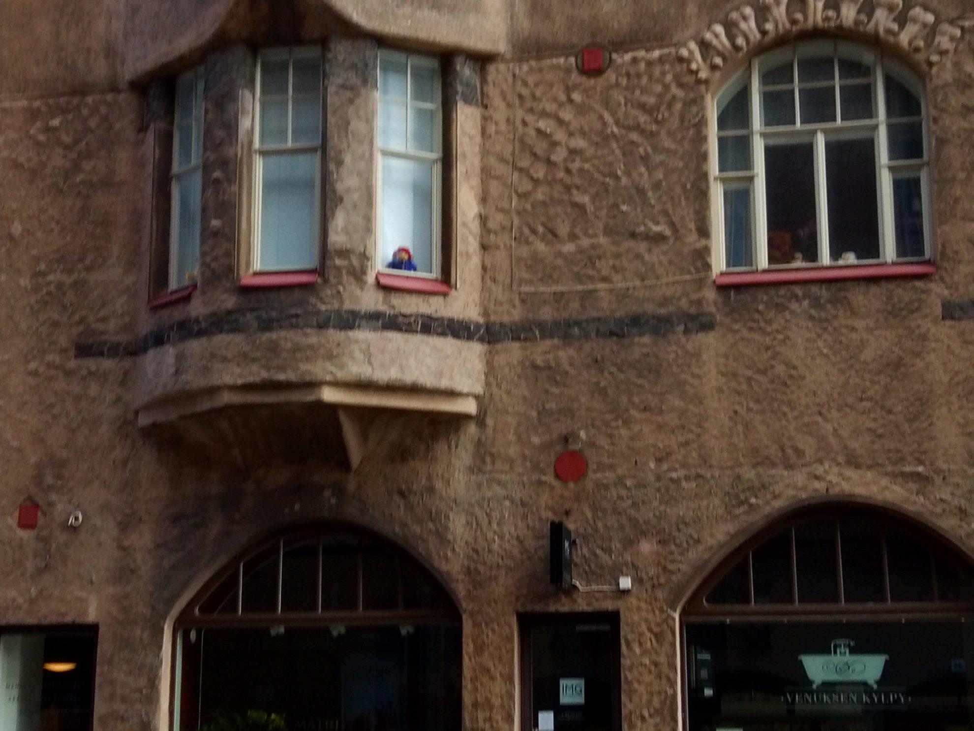 こちらの2階の出窓にも同じクマのぬいぐるみ