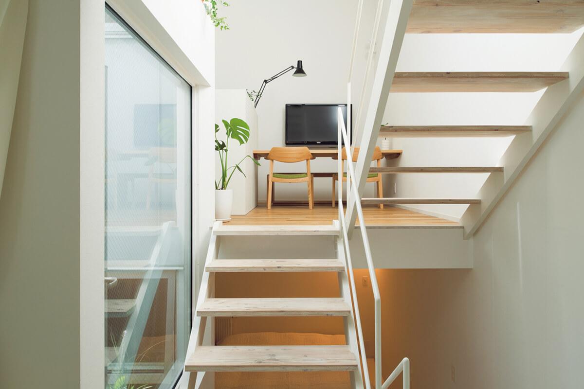 水まわりのあるフロアから階段を上がるとダイニング、下りると寝室。ダイニングから上層へ上がる階段の踏み板はあえて奥行きをとり、ベンチとしても活用できるよう考えられている