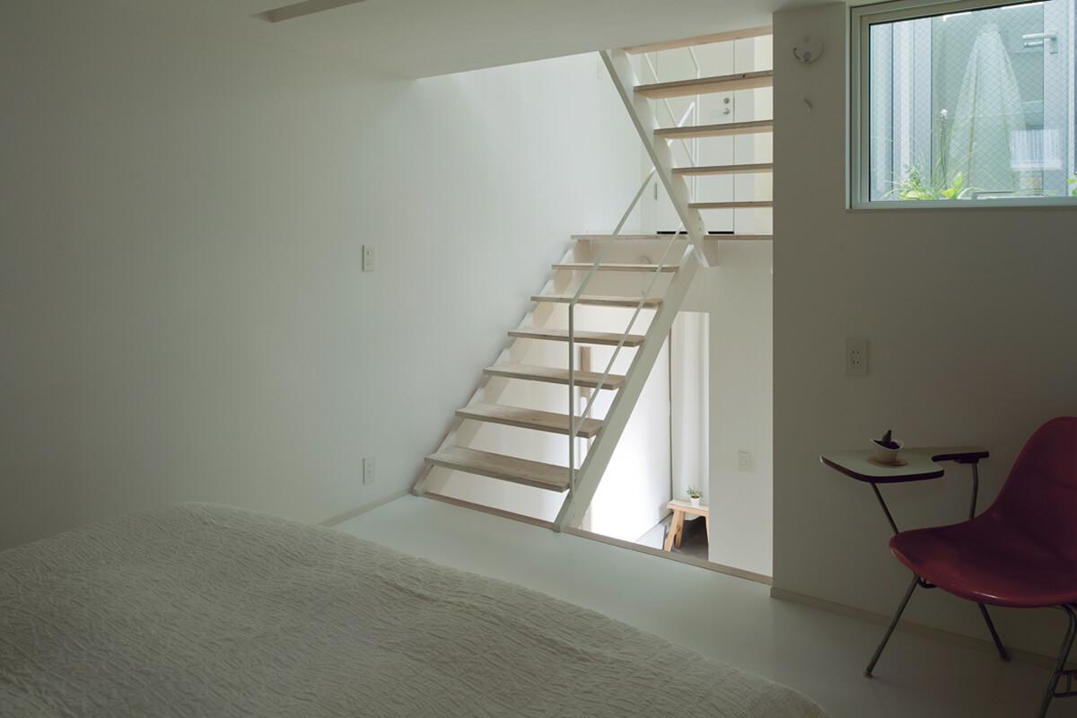寝室。多くの時間を過ごすリビングやダイニングを明るい上層に優先して配置し、寝室はその下にレイアウト
