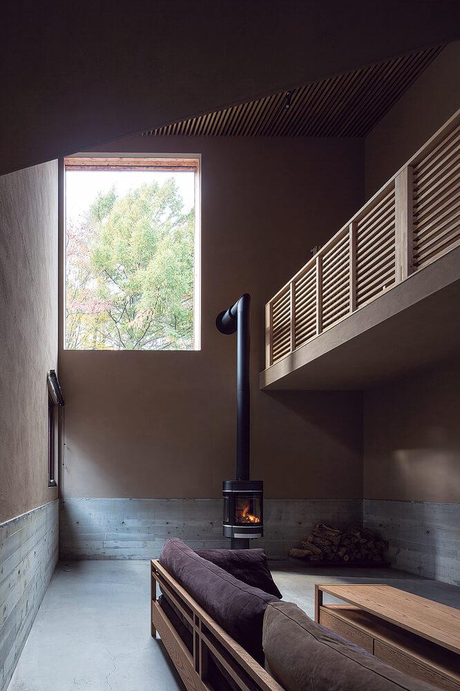 薪ストーブを置き、炎のゆらめきが楽しめる1階のラウンジ。吹き抜けに掲げられた大きな絵のようなピクチャーウィンドウに自然と視線が導かれる