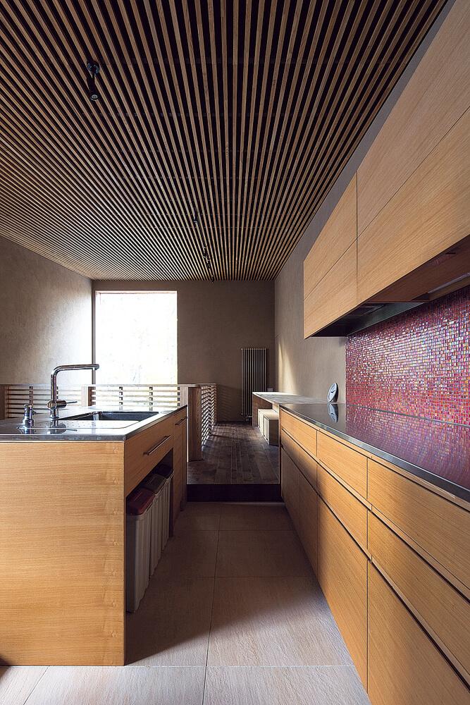 2階のほぼ中央に配したアイランドキッチン。背面には、十分な収納力を持つカウンターを造作した