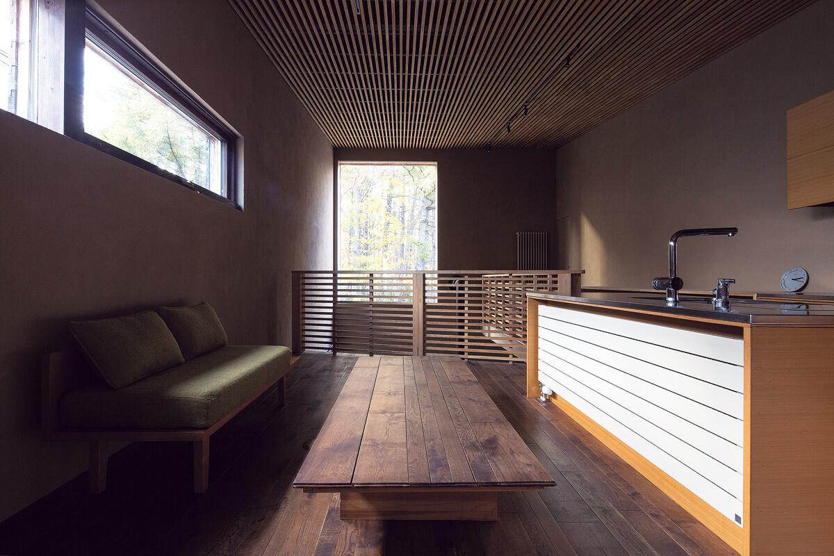 壁に並行に配置したキッチンと向き合うように、リビング兼ダイニングをレイアウト。床や天井、窓や家具のラインがピクチャーウィンドウに向かって伸び、視線を窓の外へといざなう