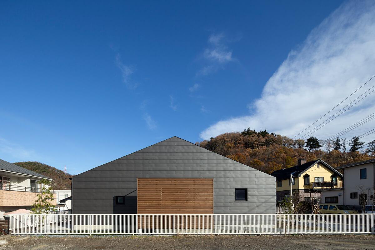 西側は開口部を限りなく抑えて西日を防ぐ。シンプルな屋根型が特徴的なデザイン