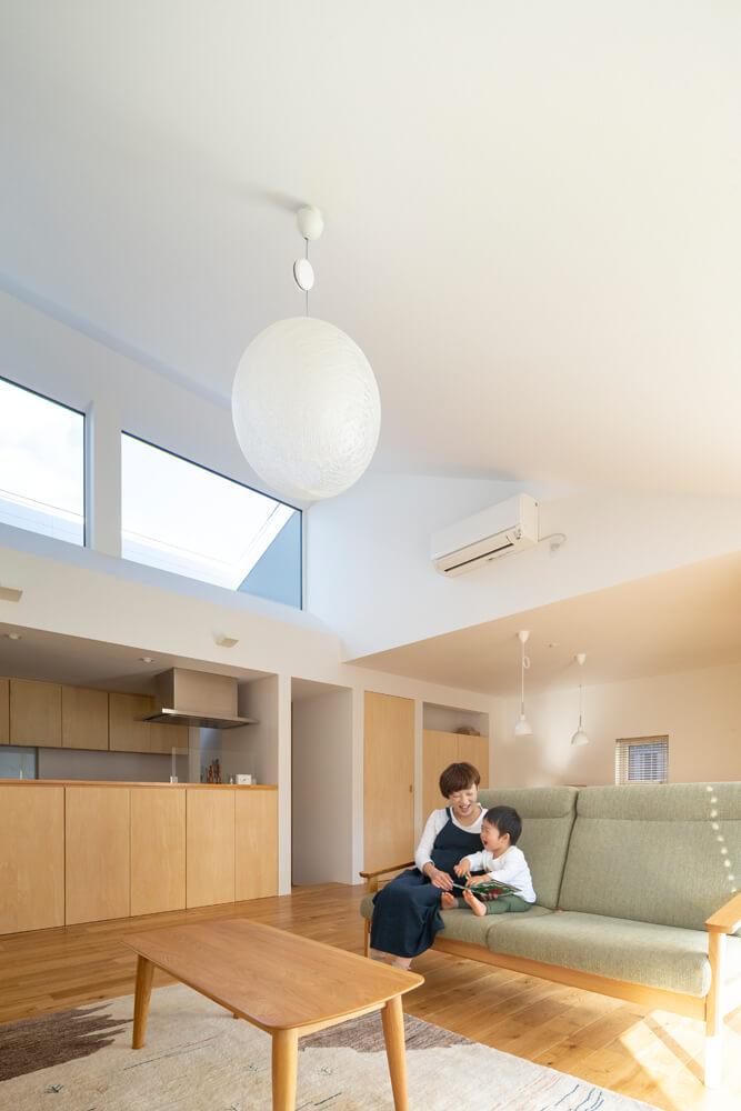 天井の高いLDKがあるこちらの平屋も、ハイサイドライトで採光を確保するとともに、空の景色が楽しめる