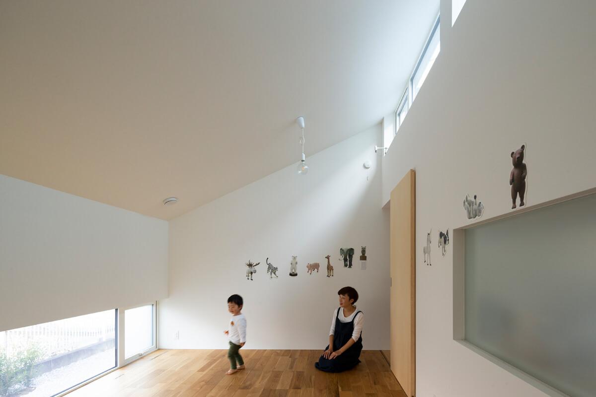 子ども室は中心で間仕切れるように設計されている。北側に面しつつも、ハイサイドライトと地窓によって明るい室内