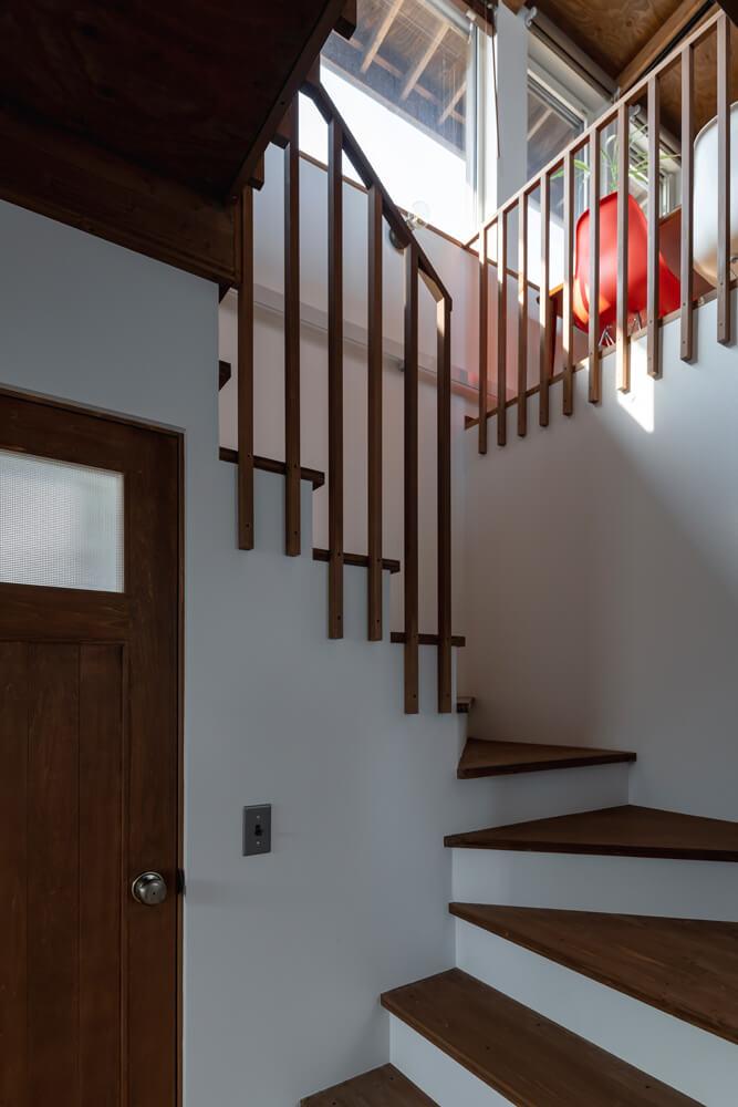 緩やかにカーブする回り階段が1階と2階をつなぐ