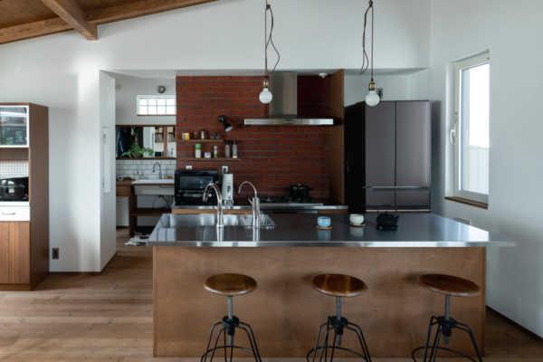 明るくて暖かい。レンガ壁のキッチンがある2階リビングの家