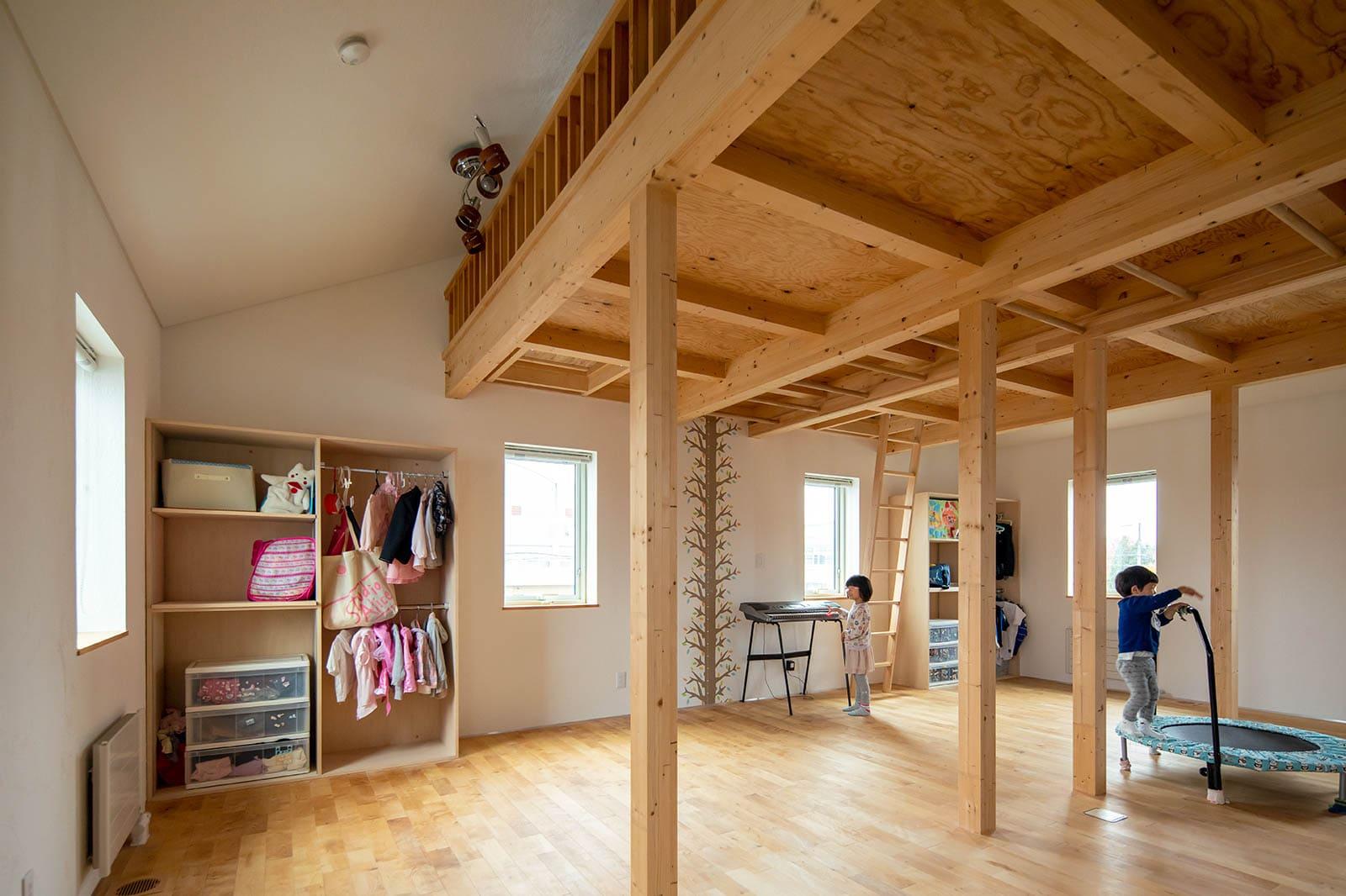 2階に設けられたロフト付きの子ども部屋は、間仕切りのないワンルーム仕様。子どもたちの成長に合わせて、4つの個室に分ける予定