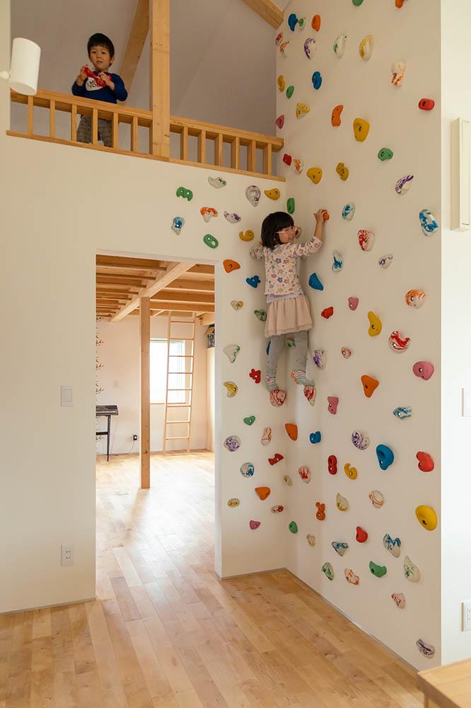 子ども部屋の入り口には、ロフトとつながるボルダリングも設置