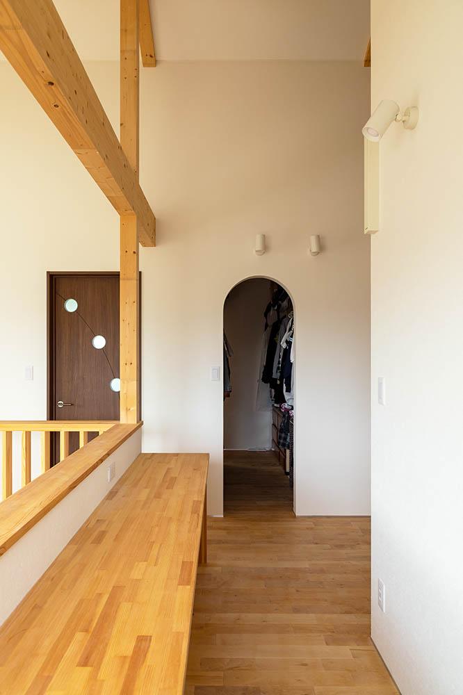 吹き抜けに面する階段ホールや中2階には、遊び場や学習スペースになるカウンターを設けて使いやすく