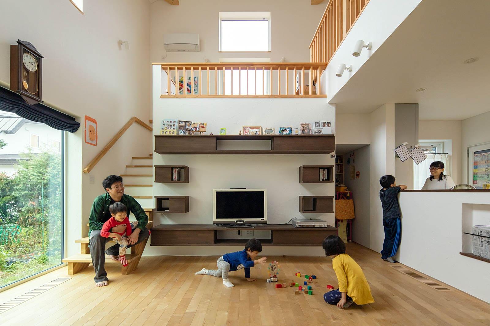 家族でいるといつも賑やか。子どもたちが室内を安全に駆け回れるよう、暖房のパネルヒーターは床下に収めた
