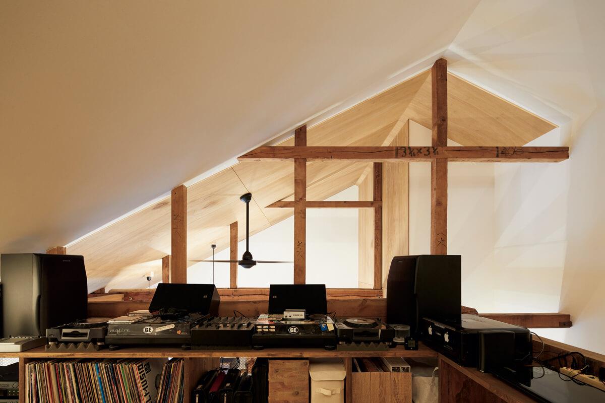 小屋裏空間を生かして設けたSさんの趣味室。DJブースの音楽は、吹き抜けを通して1階にも響く