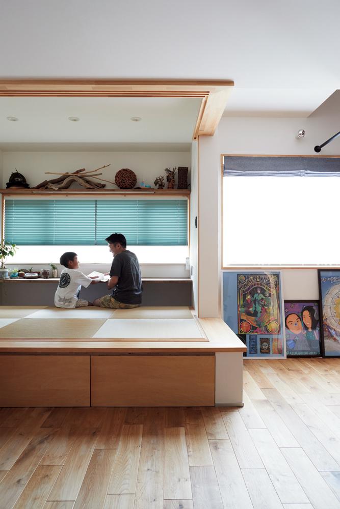 リノベーション前には玄関があった場所に、小上がりの畳スペースをレイアウト。広さは4畳ほどで、掘りごたつ式のカウンターを造作した。ガラス扉で仕切ることもできる