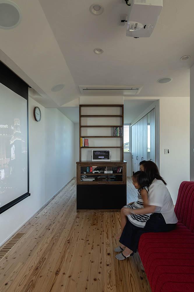 大人が映画鑑賞を楽しむようにと、大きなスクリーンを設置したフリースペースは、子どもたちが友達とゲームを楽しむ場所にもなる
