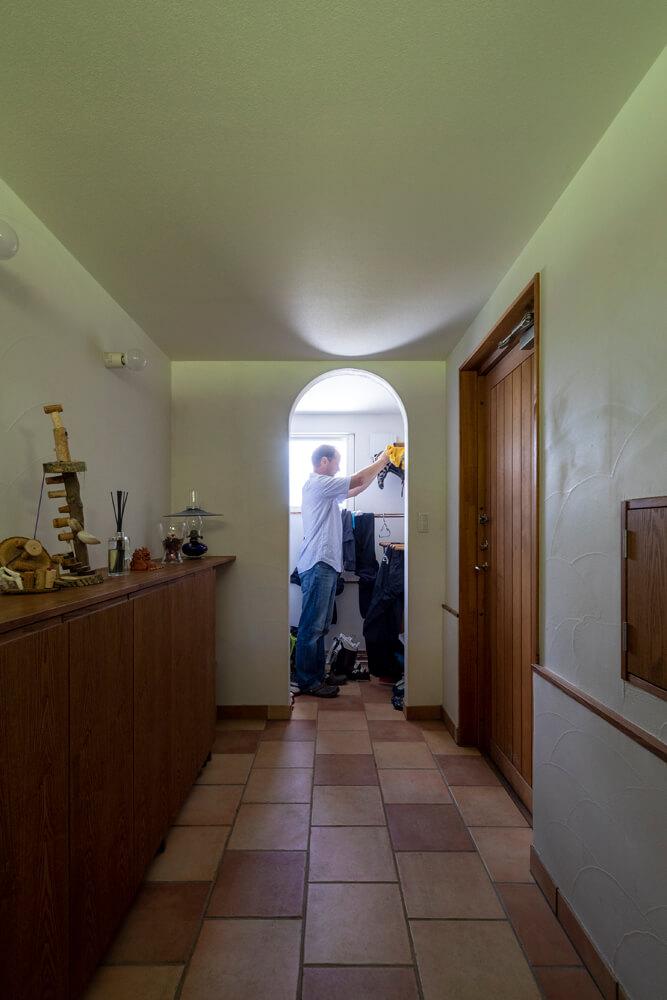 右側が玄関のドア。正面は土足のまま出入りができ、スキーの道具などを濡れたまま収納できる納戸