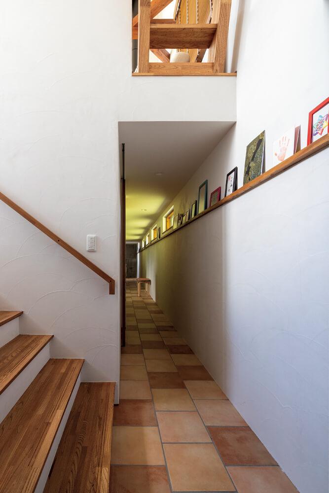 タイル部分は床暖房。長い廊下を生かしたギャラリースペースには娘さんの絵などを飾っている