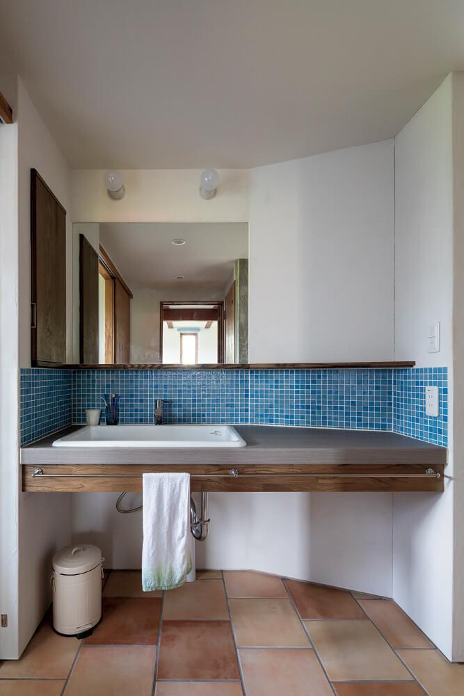 主寝室の正面、階段下のスペースを使った洗面コーナー。ゲストを含め、みんなに使い勝手のいい動線に
