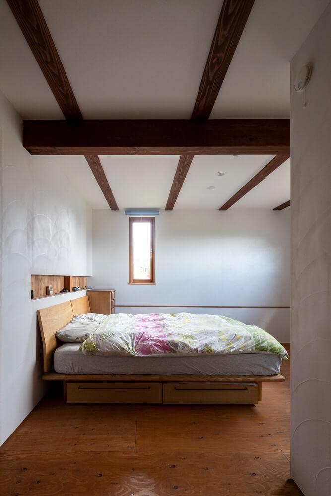 1階のもっとも奥にご夫妻の主寝室を配置。水まわりと隣接しているのでスムーズな動線