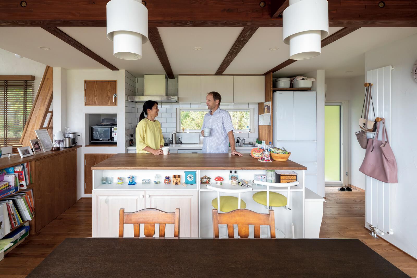 白い壁、アイランド型などキッチンには奥さんの希望を反映。右の勝手口は庭の畑に行くときなどに使用している