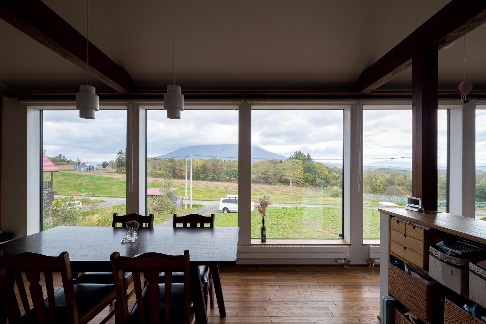 6枚の大窓には高断熱のトリプルガラスを採用。サッシ部分が見えないよう納まりに配慮した